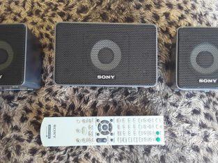 3 parlantes sony 1 central y 2 satélites y control remoto